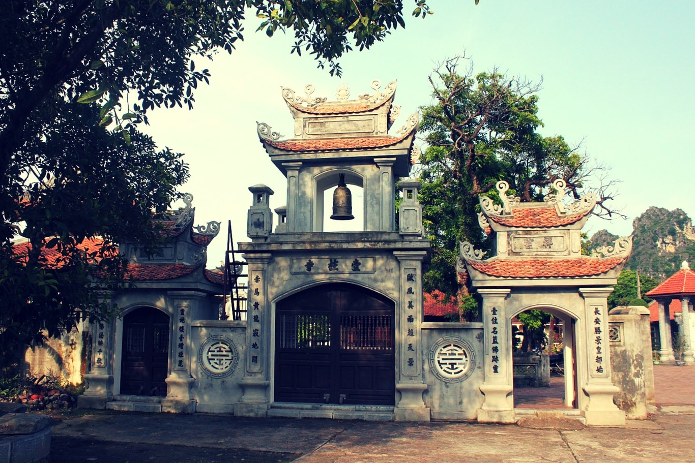 3-entrance-gates-of-Nhat-Tru-pagoda