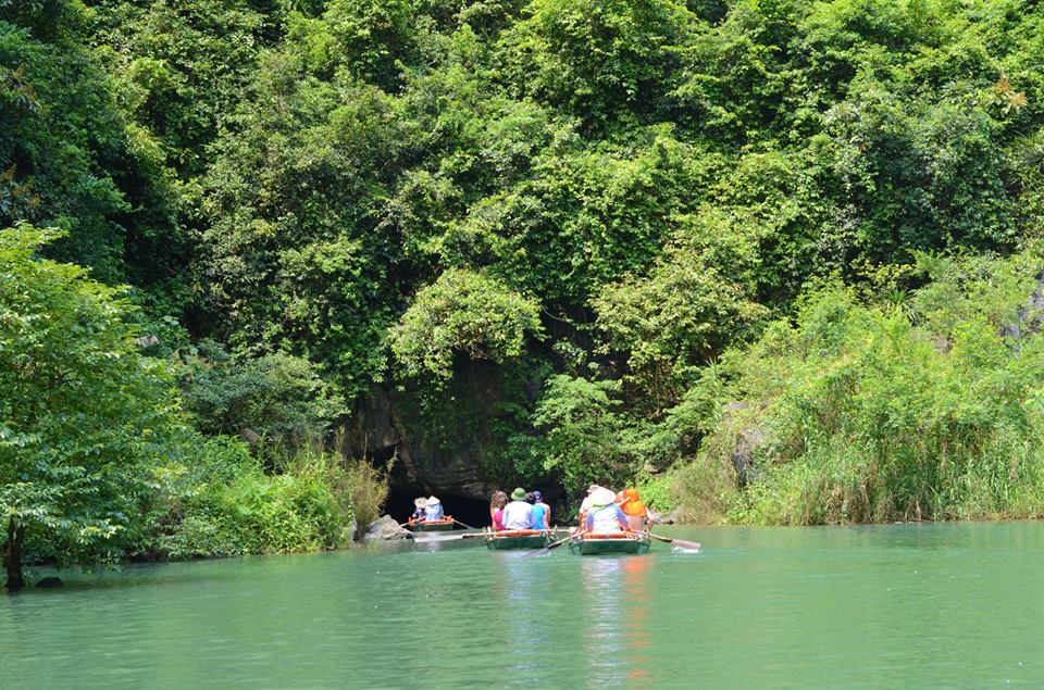Boat-trip-inside-to-trang-an-grottoes