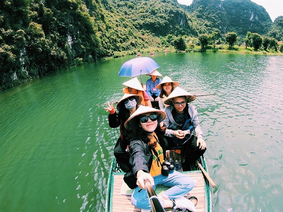 Enjoying-boat-trip-at-Trang-An-Landscape-Complex