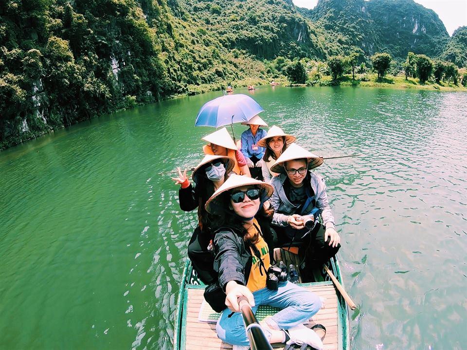 Enjoying-boat-trip-at-Trang-An-Landscape-Complex