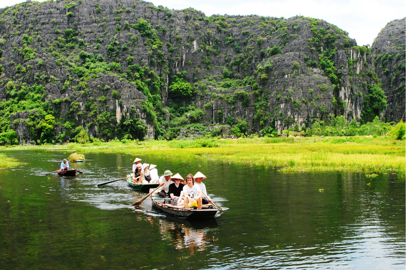 Foreigners-are-enjoying-their-boat-tours-on-the-Tam-Coc-river