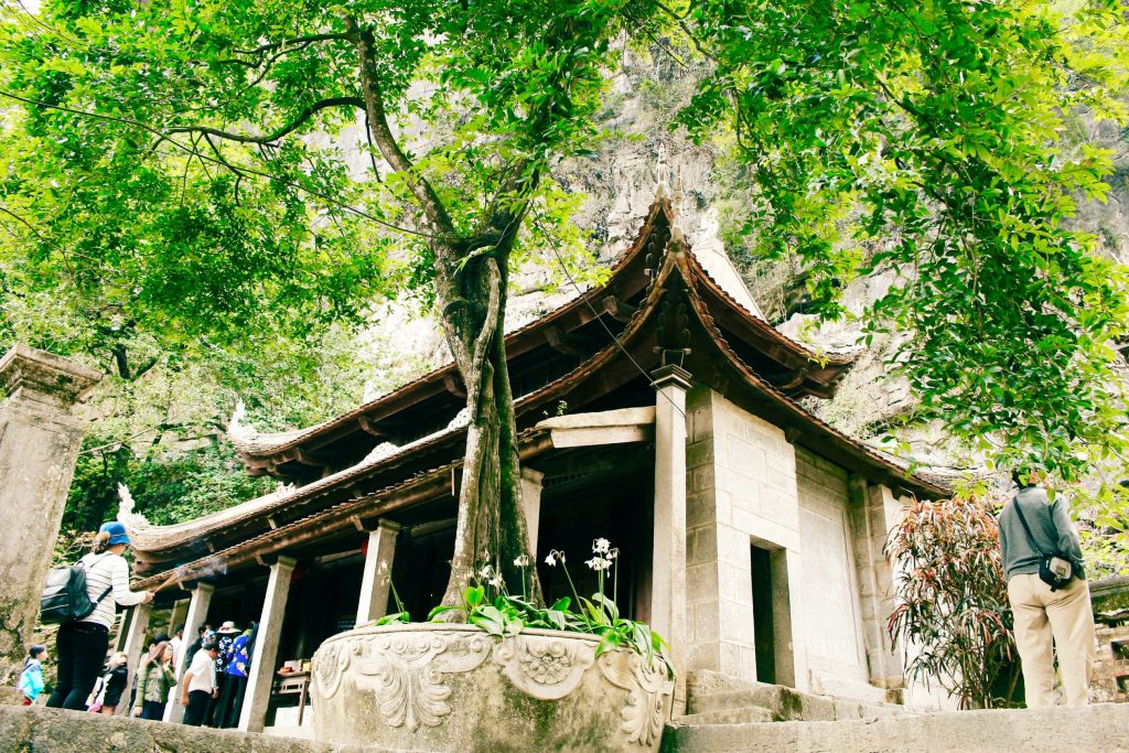 The-lower-pagoda-in-Bich_Dong-Chua-Ha