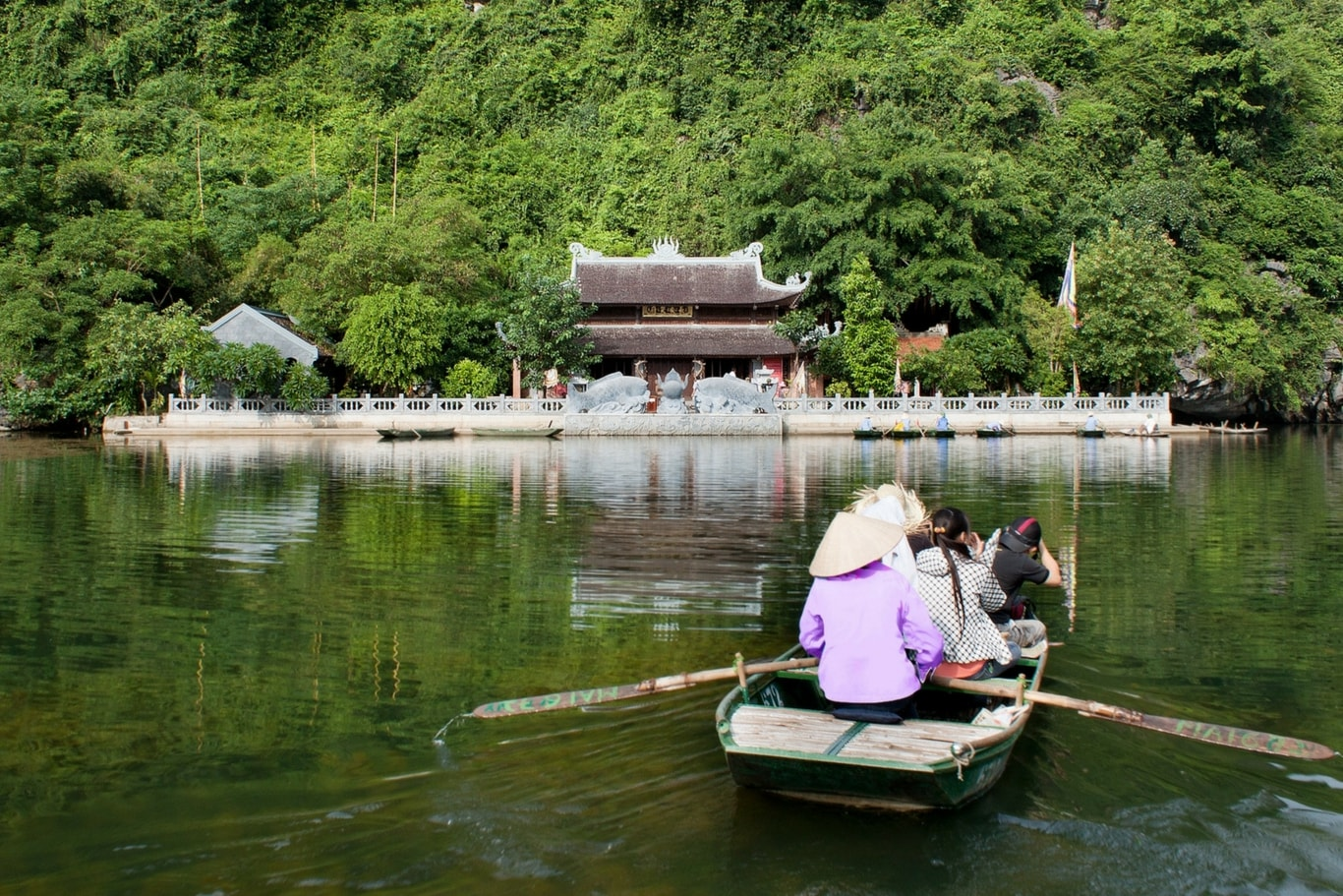 Trang-An-boat-tour-on-pure-water