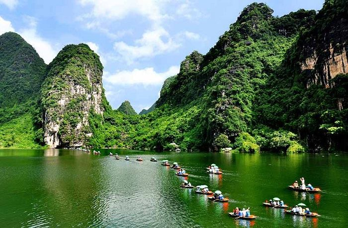 Cruising-boat-Trip-to-Trang-An-Grottoes
