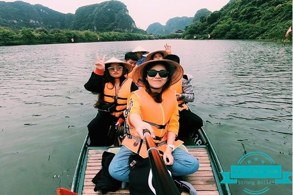 Rowing-boat-tour-on-tam-coc-river