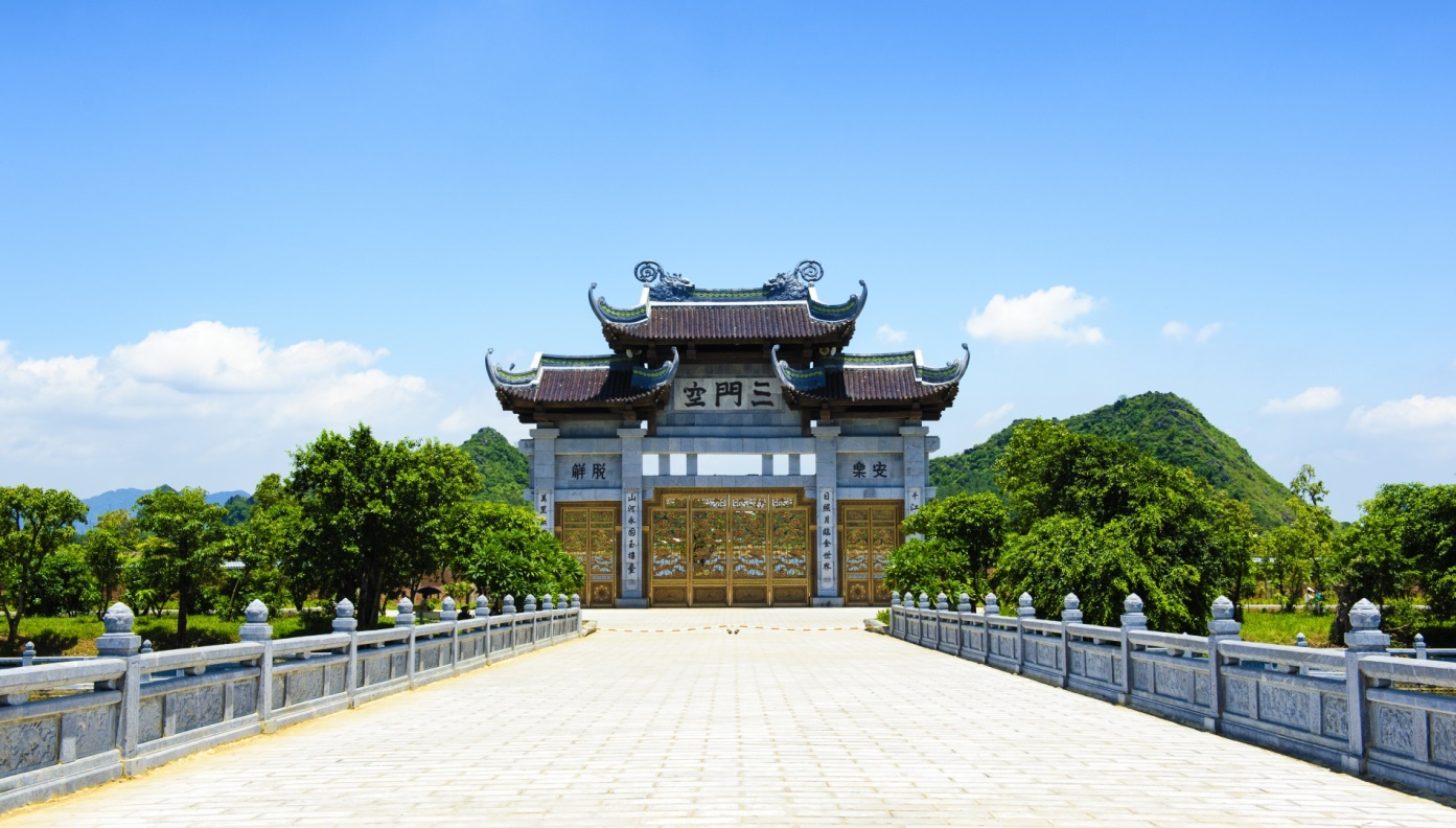 tam-quan-gate-at-bai-dinh-pagoda