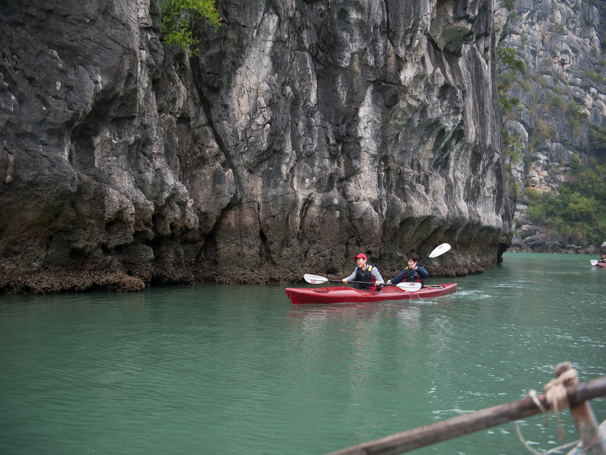 Kayaking-on-bai-tu-long-bay