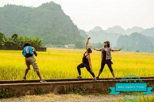 Romantic-moment-on-tam-coc-rice-field
