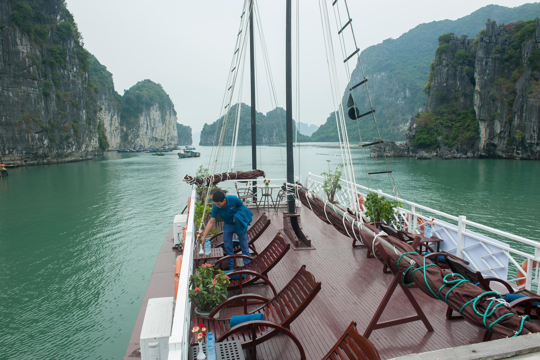 Sundeck-on-bai-tu-long-bay-day-cruise