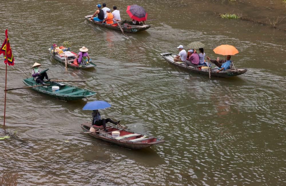 Cruising-boat-trip-on-ngo-dong-river