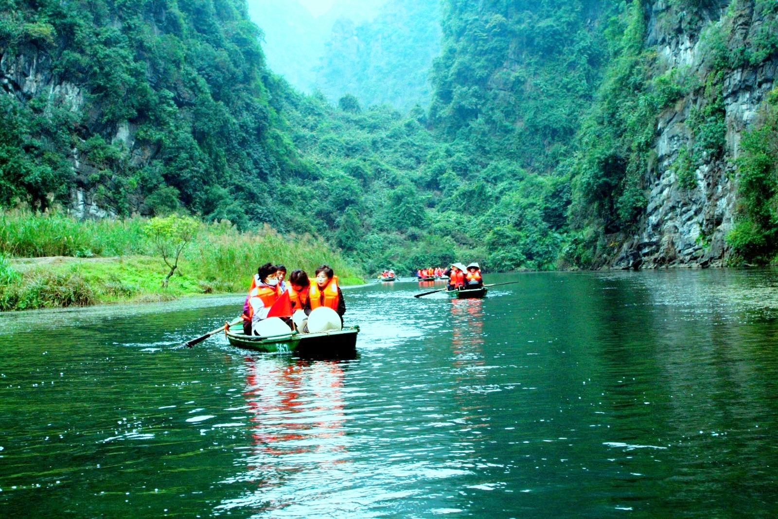 cruising-boat-trip-on-our-trang-an-bai-dinh-tour
