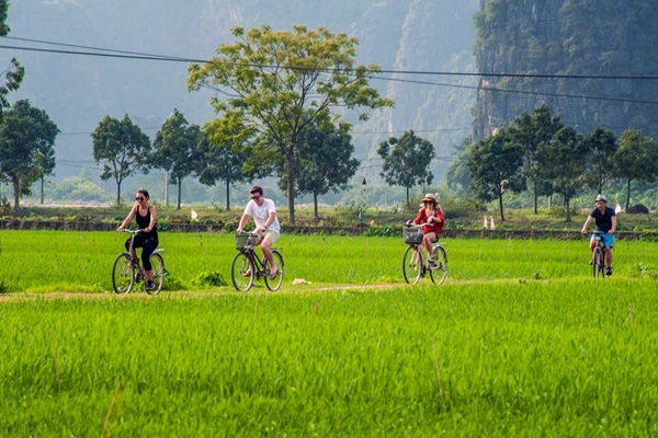 biking-on-trang-an-mua-cave-tour