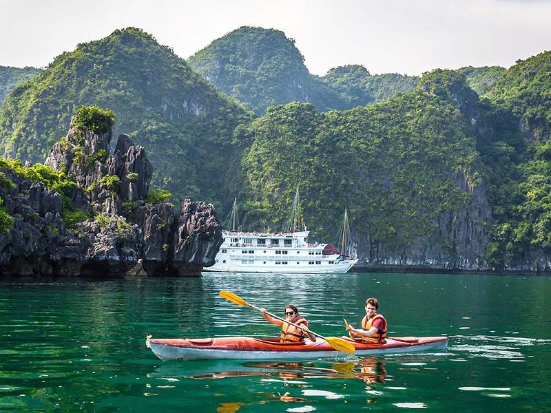Do-Kayaking-in-Halong-Bay