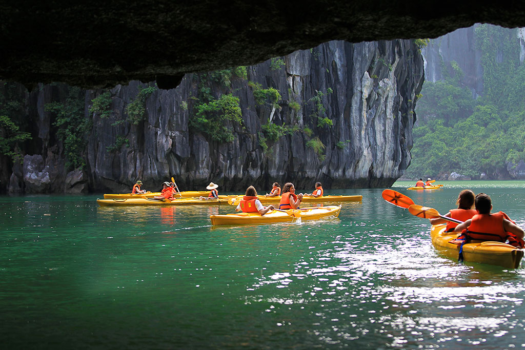 Kayaking-in-luon-cave